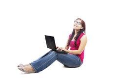 Étudiant universitaire féminin avec l'ordinateur portatif Photos stock
