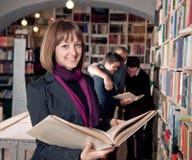 Étudiant universitaire féminin heureux Photo libre de droits