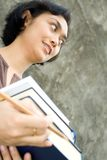 Étudiant universitaire féminin intelligent avec des livres sur des mains Photos libres de droits