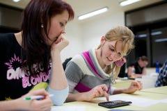 étudiant universitaire féminin s'asseyant dans une salle de classe Images libres de droits