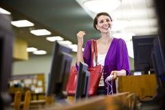 Étudiant universitaire féminin traînant dans la bibliothèque images libres de droits