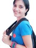Étudiant universitaire indien au-dessus du fond blanc. Photo libre de droits