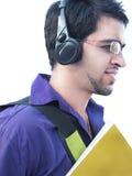 Étudiant universitaire indien au-dessus du fond blanc. Image libre de droits