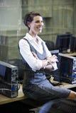 Étudiant universitaire s'asseyant dans la salle des ordinateurs de bibliothèque photographie stock libre de droits