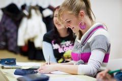Étudiant universitaire s'asseyant dans une salle de classe Images libres de droits