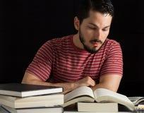 Étudiant universitaire se préparant aux examens photos stock