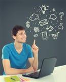 Étudiant universitaire Thinking recherchant. concept de techn de multimédia Photo stock