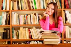Étudiante à la bibliothèque universitaire Images libres de droits