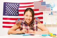 Étudiante adolescente avec deux drapeaux des Etats-Unis Image stock