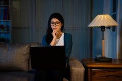 Étudiante asiatique observant le dernier film photographie stock libre de droits