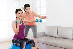 Étudiante attirante s'asseyant sur la boule de yoga Image stock