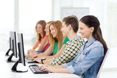 Étudiante avec des camarades de classe dans la classe d'ordinateur Images stock
