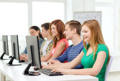 Étudiante avec des camarades de classe dans la classe d'ordinateur Photographie stock