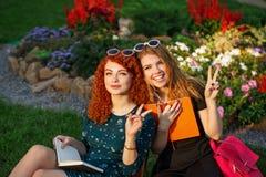 Étudiante d'amies en parc Image libre de droits