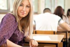 Étudiante dans la salle de classe Photos stock