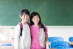 Étudiante de deux adolescentes dans la salle de classe Image libre de droits