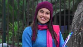 Étudiante de l'adolescence de sourire Cold Weather banque de vidéos