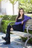 Étudiante de sourire Portrait de métis sur le campus d'école photo libre de droits