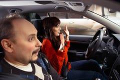 Étudiante effrayée passant un examen de conduite Photos stock