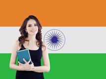 Étudiante heureuse sur le fond de drapeau de l'Inde photographie stock libre de droits