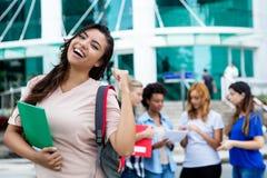 Étudiante latino-américaine encourageante avec le groupe d'étudiants images stock