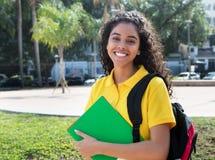 Étudiante latino-américaine riante avec de longs cheveux foncés Photo libre de droits