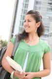 Étudiante marchant sur le campus d'université Photo stock
