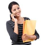 Étudiante parlant sur le téléphone portable image stock