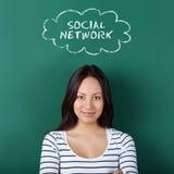 Étudiante pensant au réseau social Image libre de droits