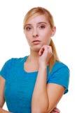 Étudiante songeuse réfléchie blonde occasionnelle de fille de portrait d'isolement Image stock