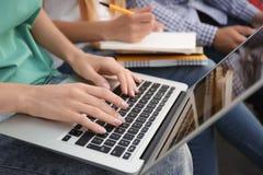 Étudiante travaillant sur l'ordinateur portable, Photos libres de droits