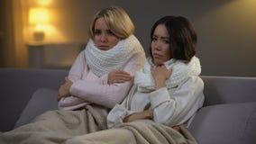 Étudiantes avec la fièvre se reposant sur le sofa dans le dortoir, virus de grippe, épidémie banque de vidéos