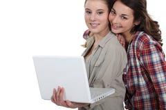 Étudiants collaborant avec l'ordinateur portable Image stock