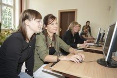 Étudiantes dans la salle de classe Images stock