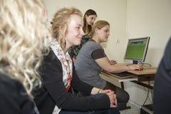 Étudiantes dans la salle de classe Images libres de droits