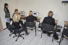 Étudiantes dans la salle de classe Image libre de droits
