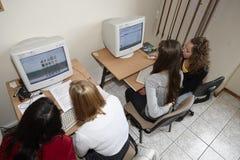 Étudiantes dans la salle de classe Photos libres de droits