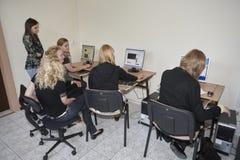 Étudiantes dans la salle de classe Image stock