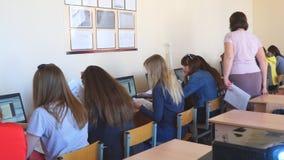 Étudiantes dans une classe d'ordinateur avec un professeur banque de vidéos