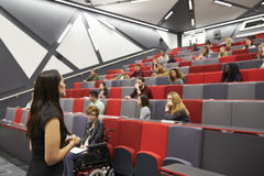Étudiantes de conférence de femme dans un théâtre de conférence d'université photographie stock libre de droits