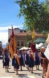 Étudiantes marchant avec des drapeaux dans un défilé à Cuenca, Equateur Photo stock