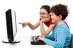 Étudiants à l'aide de l'ordinateur Photos stock