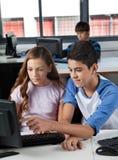 Étudiants à l'aide de l'ordinateur dans le laboratoire Photographie stock