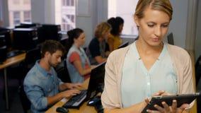 Étudiants à l'aide des ordinateurs dans la salle des ordinateurs clips vidéos