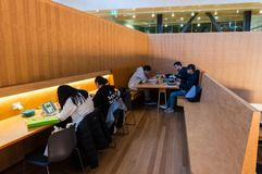 Étudiants à l'intérieur du bâtiment de étude et de enseignement à l'université de Monash Clayton photo stock