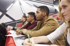 Étudiants écoutant la conférence au théâtre de conférence d'université Photographie stock