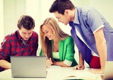 Étudiants écrivant l'essai ou l'examen dans la conférence à l'école Images stock