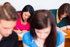 Étudiants écrivant l'examen Images libres de droits
