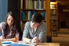 Étudiants écrivant un essai Images libres de droits