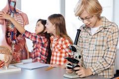Étudiants énergiques animés appréciant leur temps dans le laboratoire Images stock